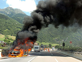 A car in flames on the A2 road near Faido in the Gotthard region - officials want to avoid accidents like these in tunnels