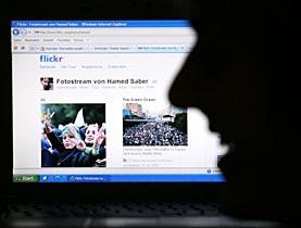 """من خلال وسائل وأدوات مُـبتكرة، مثل """"تويتر"""" و""""فليكر"""" و""""يوتيوب"""" وغيرها من الشبكات الاجتماعية، يقوم الإنترنت بفرض طريقة جديدة لممارسة السياسة في العالم"""