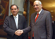 Alvaro Gil-Robles (left) met Swiss officials, including Interior Minister Pascal Couchepin, last year