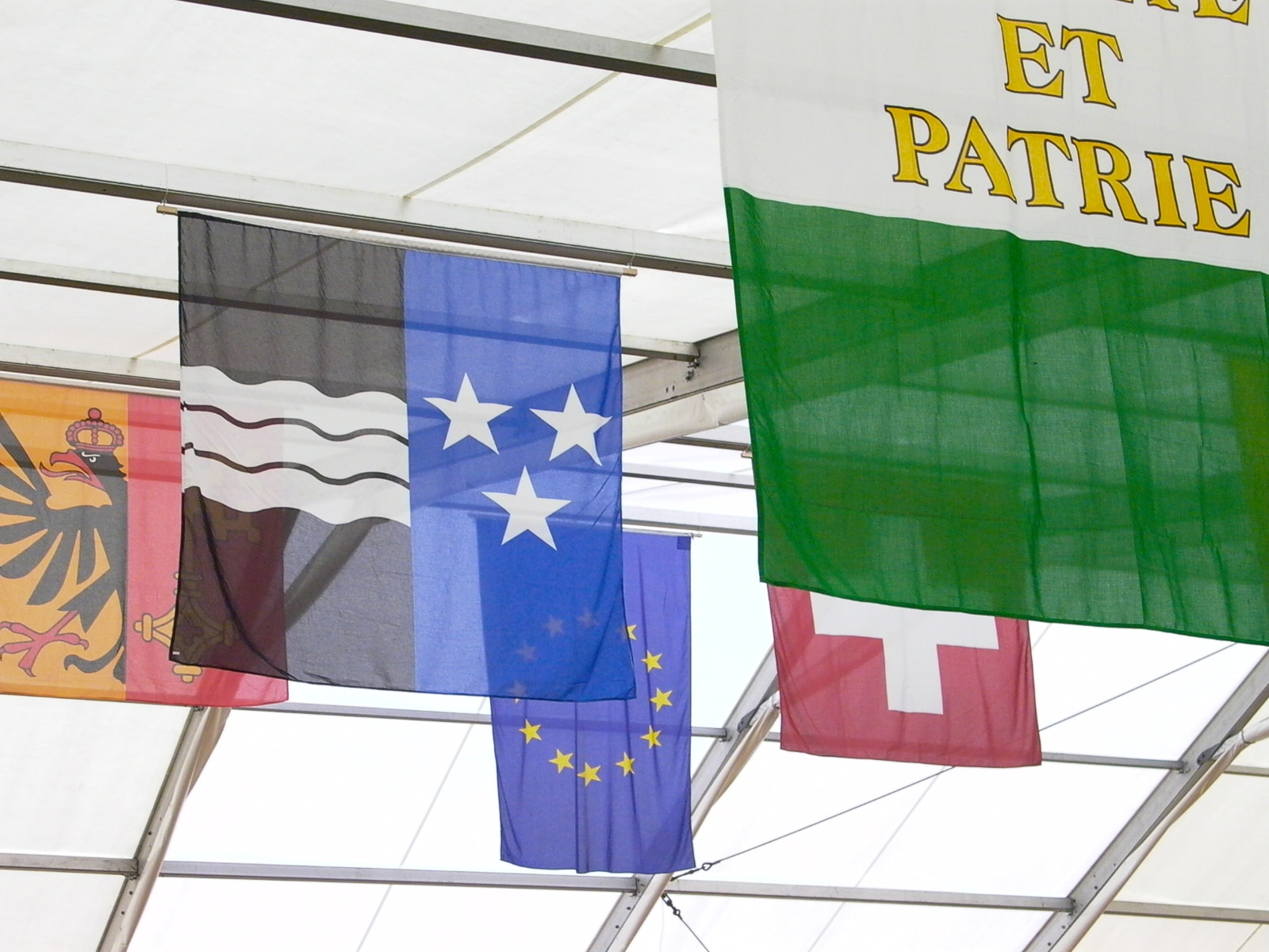 The EU flag can often be seen floating beside the Swiss national banner on many an occasion (swissinfo.ch)