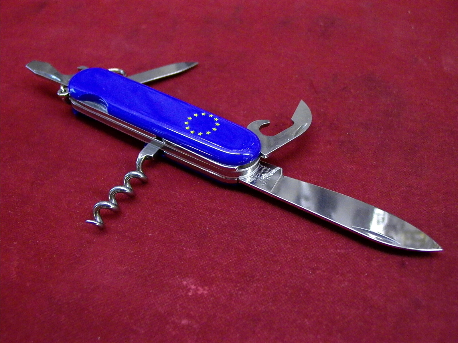 The colours of the European Union have even made their way on to the most Swiss of items, the army knife (swissinfo.ch)