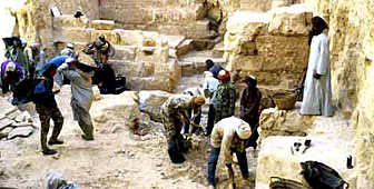 Workers on the Abu Rawash archeological site (picture: Musée romain de Vidy)
