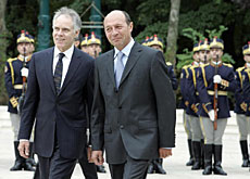 Moritz Leuenberger (left) received by his Romanian counterpart, Traian Basescu