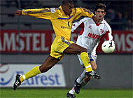 St Gallen's Jefferson (left) wrestles Dusko Diurisic for the ball