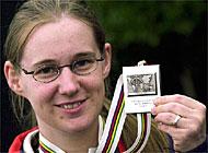 Silvia Schnyder mit ihrer Silbermedaille. (Keystone) - sriimg20010707-748525-0c-data