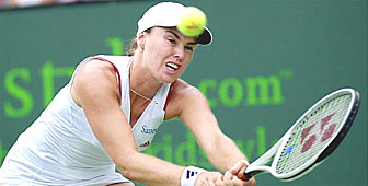 Hingis is through to the quarter finals of the Los Angeles tennis tournament