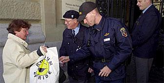 مواطنة تفتش قبل دخولها مقر البرلمان صبيحة الجمعة (Keystone)