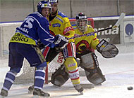 Ambri's Tomas Vlasak (l) being attacked by Bern's Sven Leuenberger and Marco Bühler