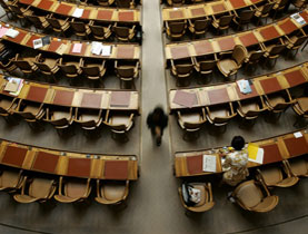 Os votos aparecem em um painel na sala do Parlamento