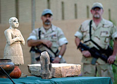 US officers guard antiquities at the Iraqi national museum in Baghdad