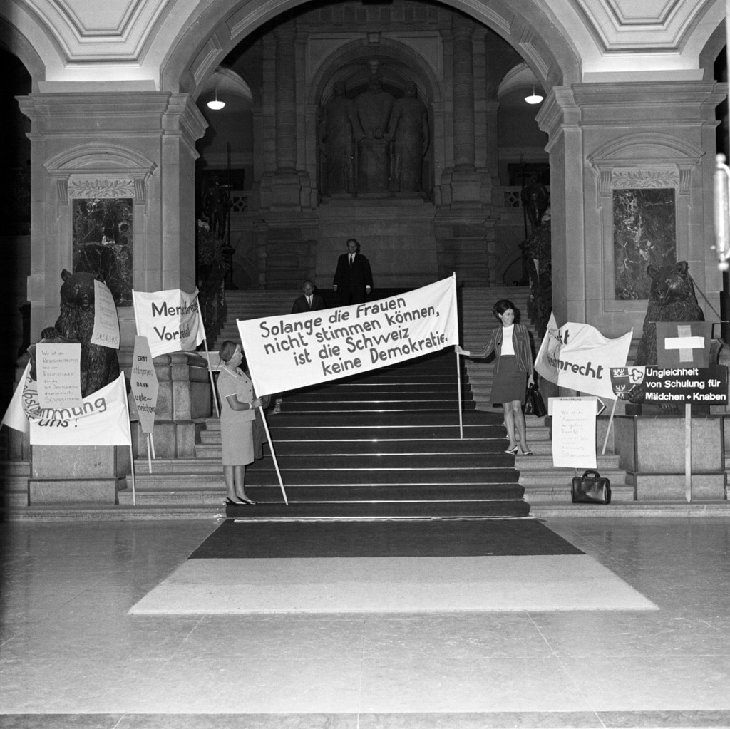 1969年6月12日、欧州人権条約批准の国民議会討議を前に、連邦議事堂の正面玄関で女性解放論者がデモ
