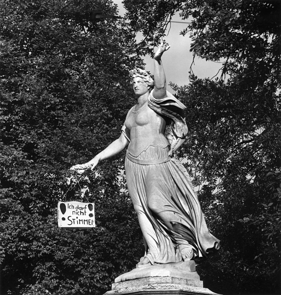 バーゼルにある高さ10メートルのヘルベチア像の手に、1966年6月25日、「私は投票できない」と書かれた札がぶら下げられた