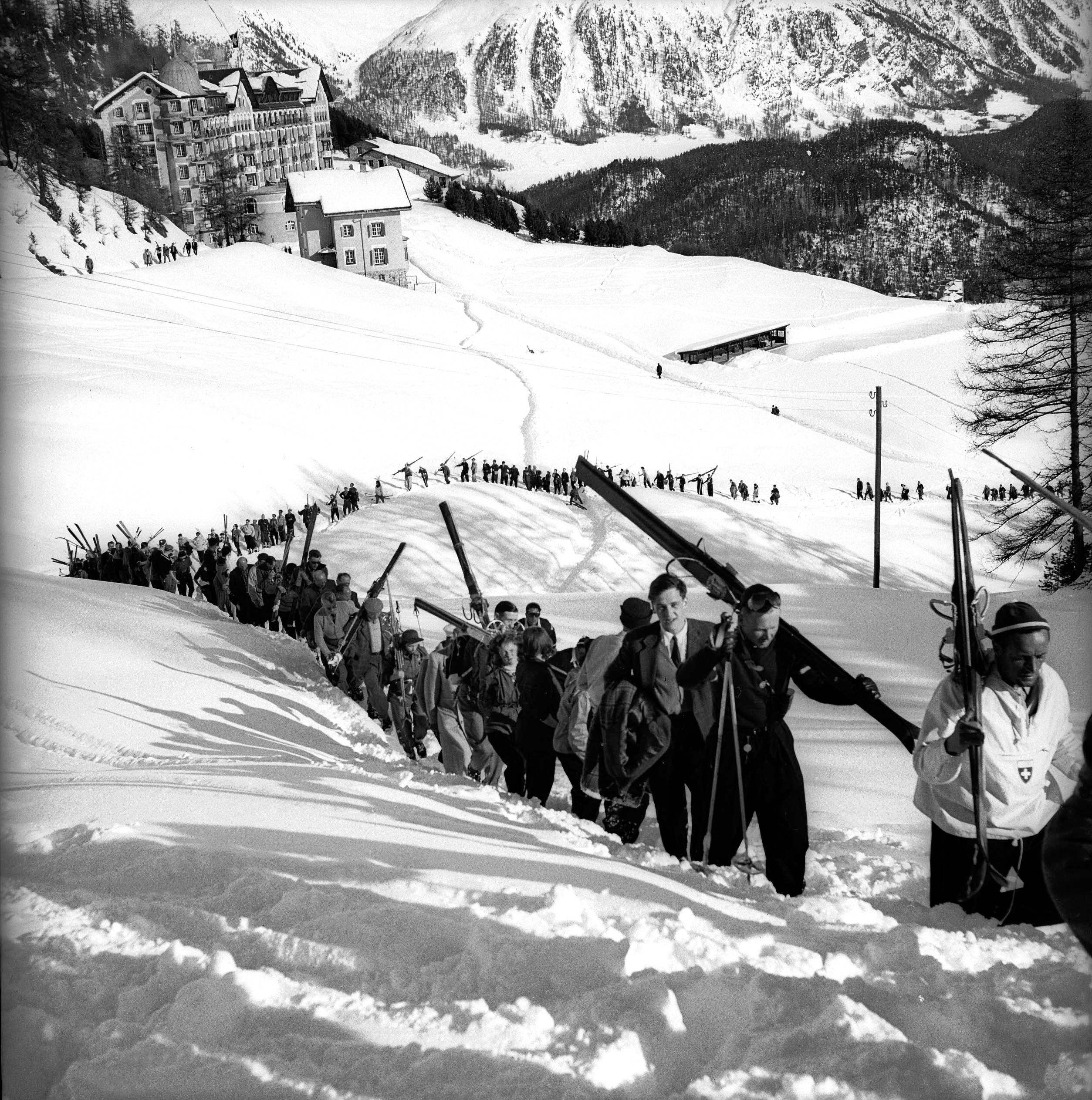 Procession of spectators and skiers.