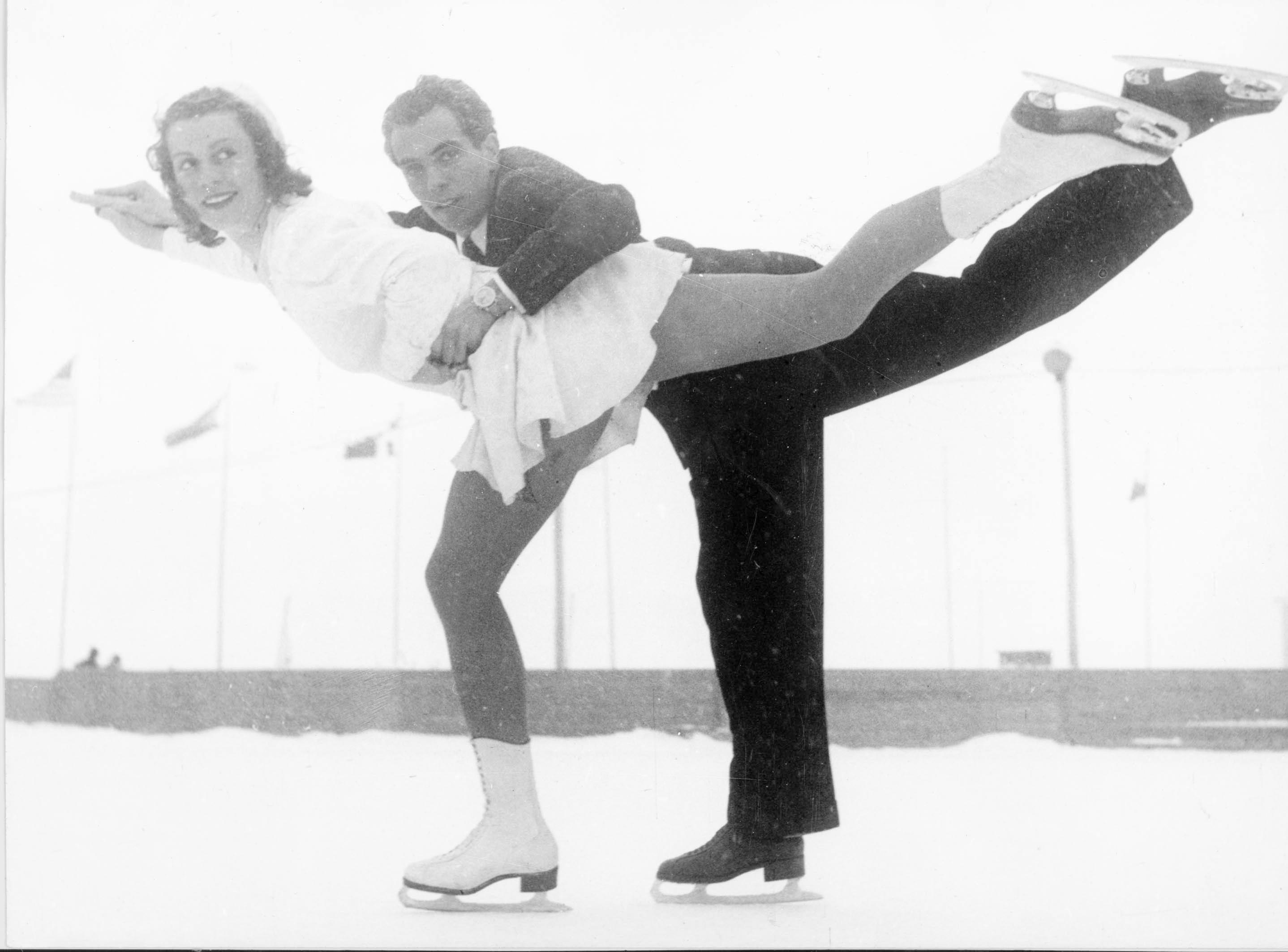 Les Belges Micheline Lannoy et Pierre Baugniet remportent la médaille d'or de l'épreuve de patinage artistique.