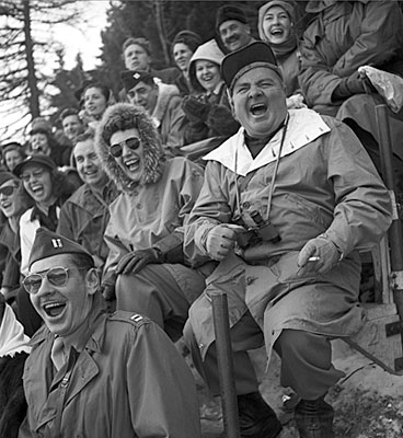 Pubblico in estasi per la partita di hockey tra Canada e Cecoslovacchia, malgrado un risultato finale fermo sullo 0 a 0.