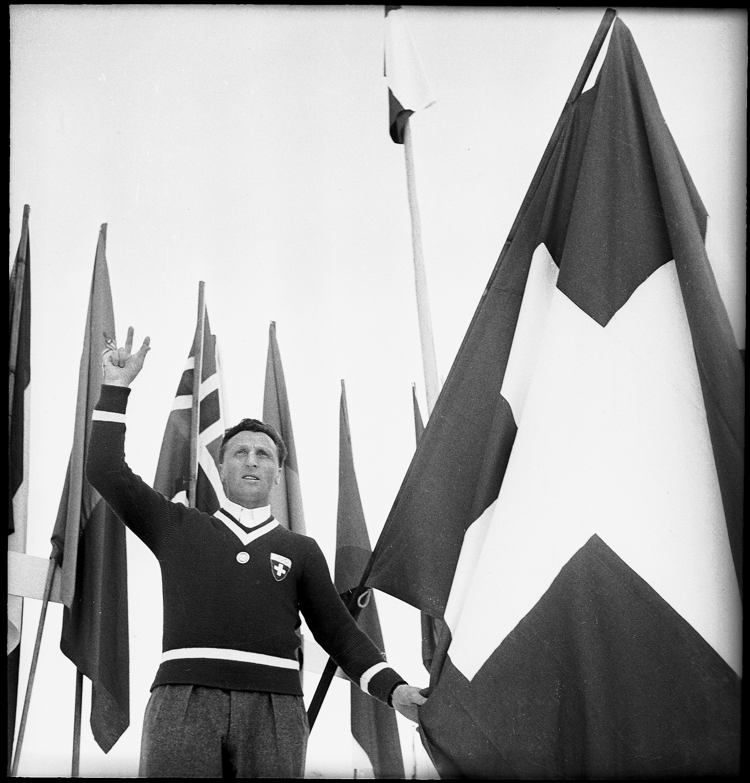 Le joueur de hockey suisse Bibi Torriani à l'heure du serment olympique.