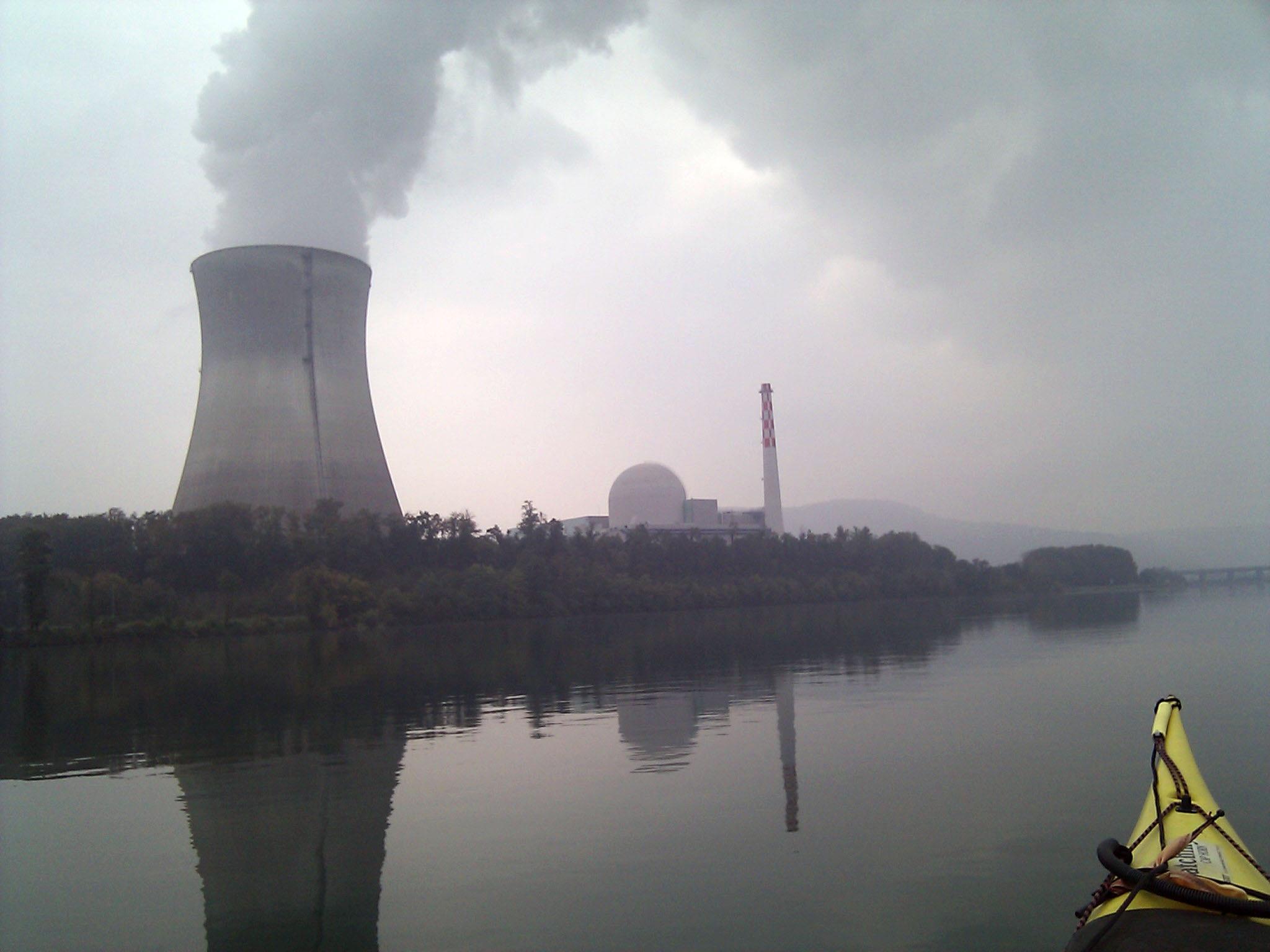 """13 de outubro de 2010: """"Um outro dia em uma região com um caráter tão diferente, bastante industrial. Essa é a usina atômica de Leibstadt am Rhein."""""""