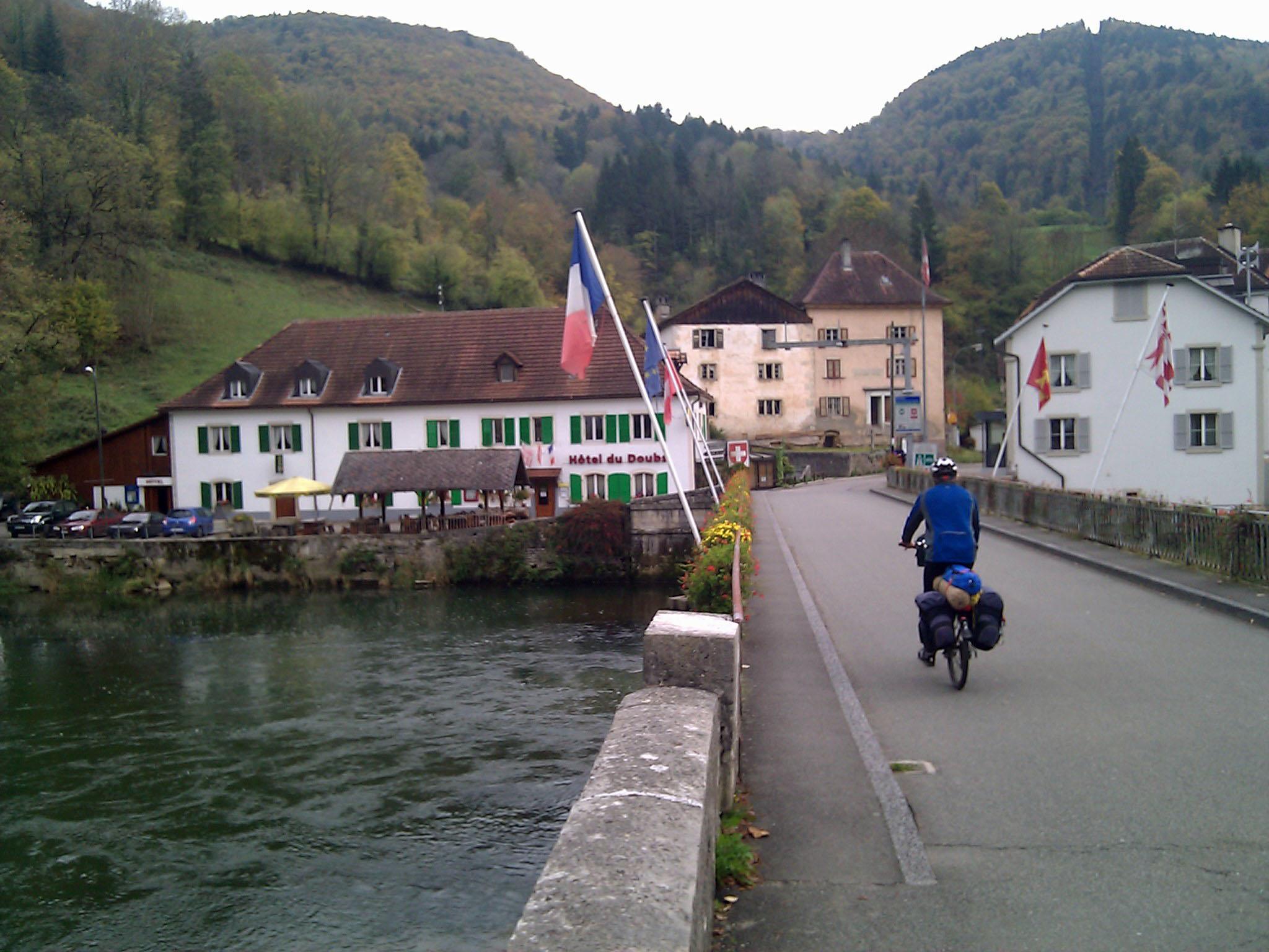 """22 de outubro de 2010: """"Atravessando a ponte entre as duas Goumois, na França e na Suíça, onde deliciamos rãs e trutas no almoço."""""""