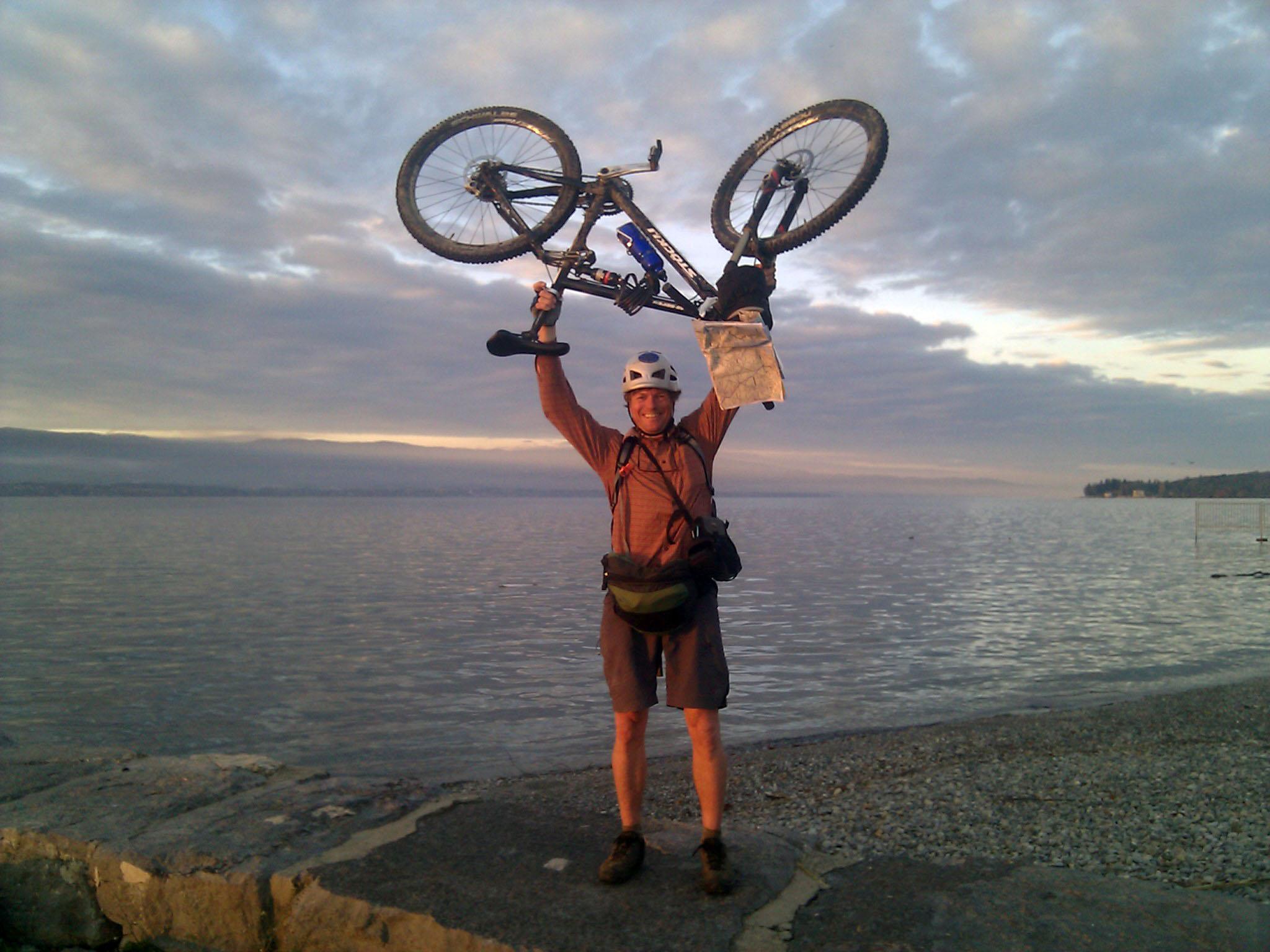 """28 de outubro de 2010: """"O fim da viagem de bicicleta. Às margens do lago de Genebra no pequeno vilarejo de Hermance, onde encontro um castelo medieval."""""""