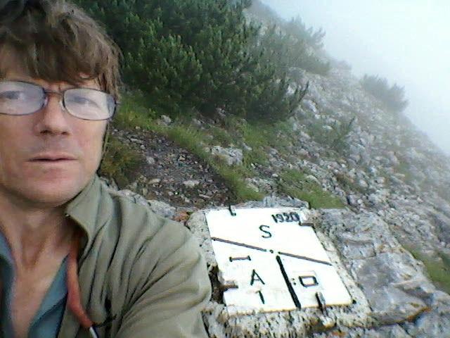 """14 de julho de 2011: """"Uma pedra para a fronteira artificial: o chamado """"ponto dos três países"""" surgiu só no final da 1° Guerra Mundial, quando o Tirol foi dividido entre a Áustria e a Itália. Pelo menos a Suíça foi sempre um país estável."""""""