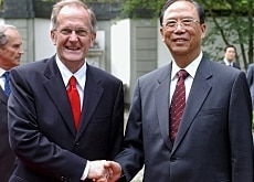 Joseph Deiss (left) during a visit last year by Chinese Vice-Prime Minister Zeng Peiyan in Bern