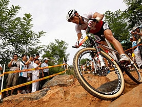 Nino Schurter ganhou bronze no montain bike para a Suíça. (Reuters)