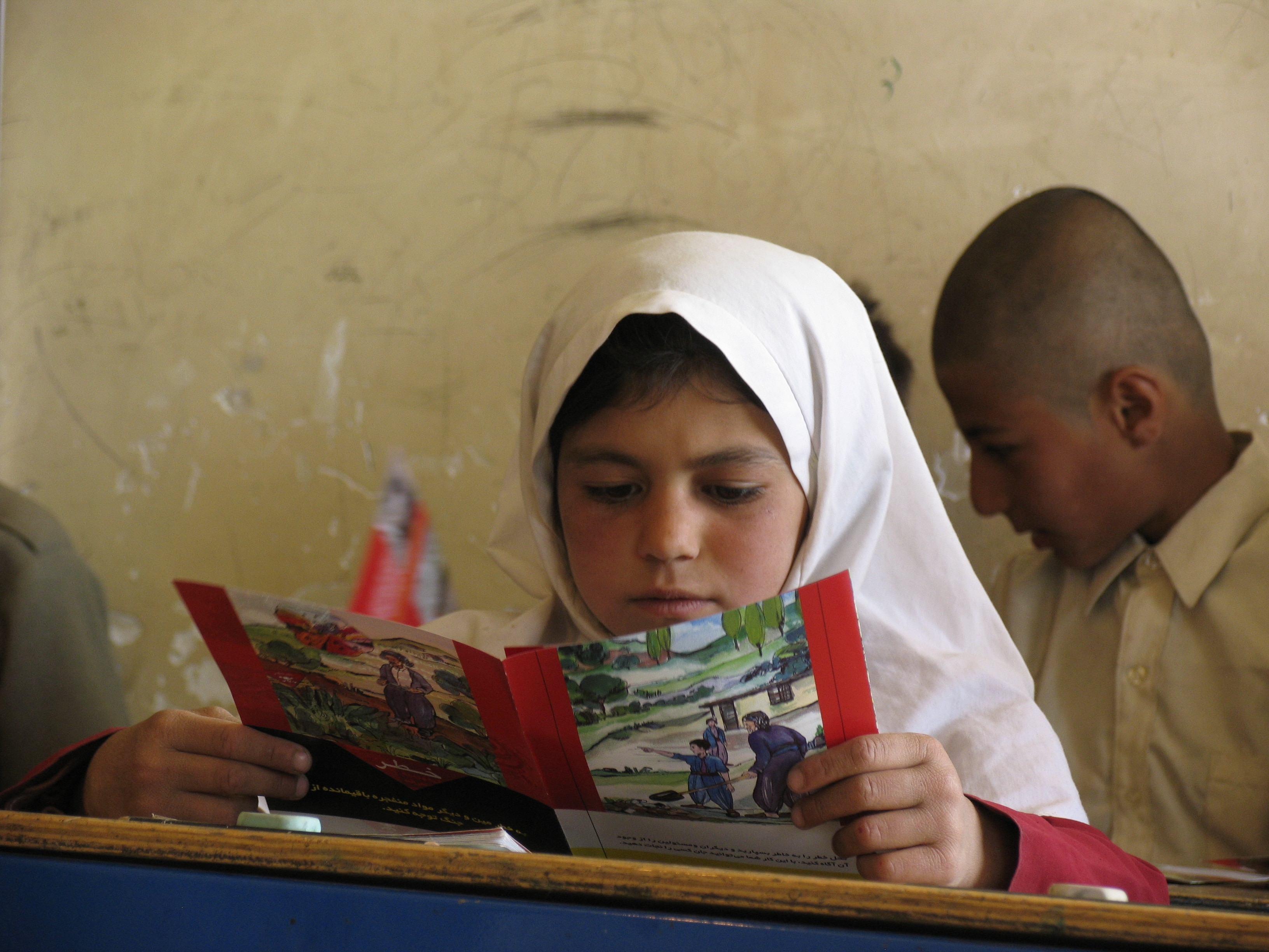 Divan Dare village, Kurdistan Province, Iran. Mine risk education session for schoolchildren. (©ICRC/N. Dadbin)