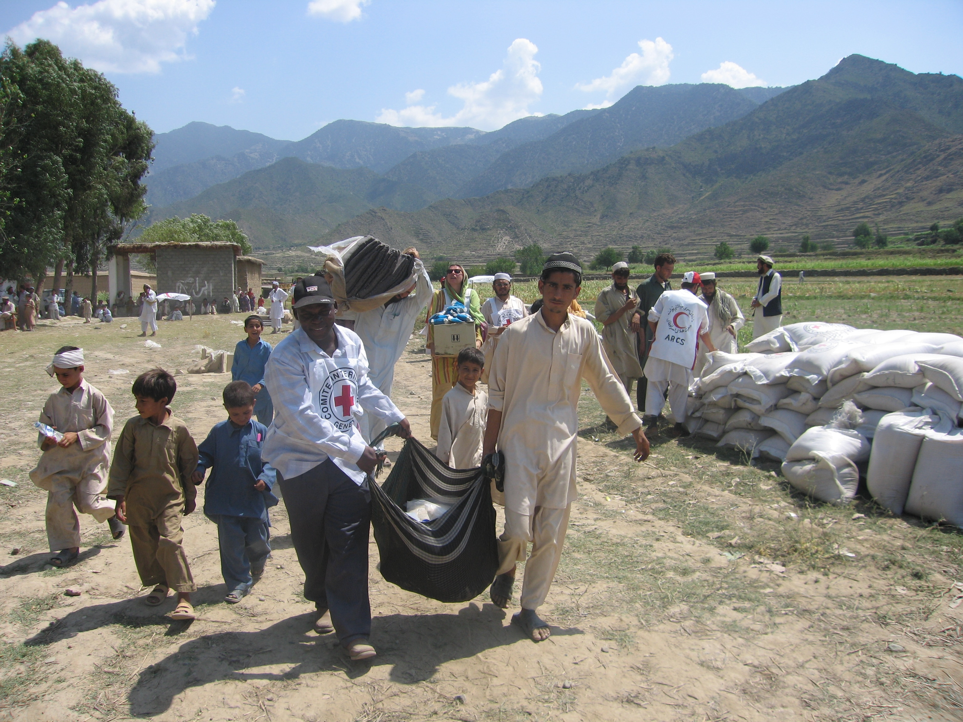 Shegal district, Kunar province, Afghanistan. ICRC staff distribute food and emergency household items to displaced people. (©ICRC/M. Naseem Sahar)