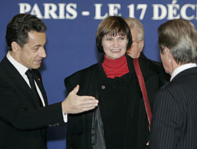 Swiss President Micheline Calmy-Rey is welcomed in Paris by French President Sarkozy, left, and Foreign Minister Kouchner, right