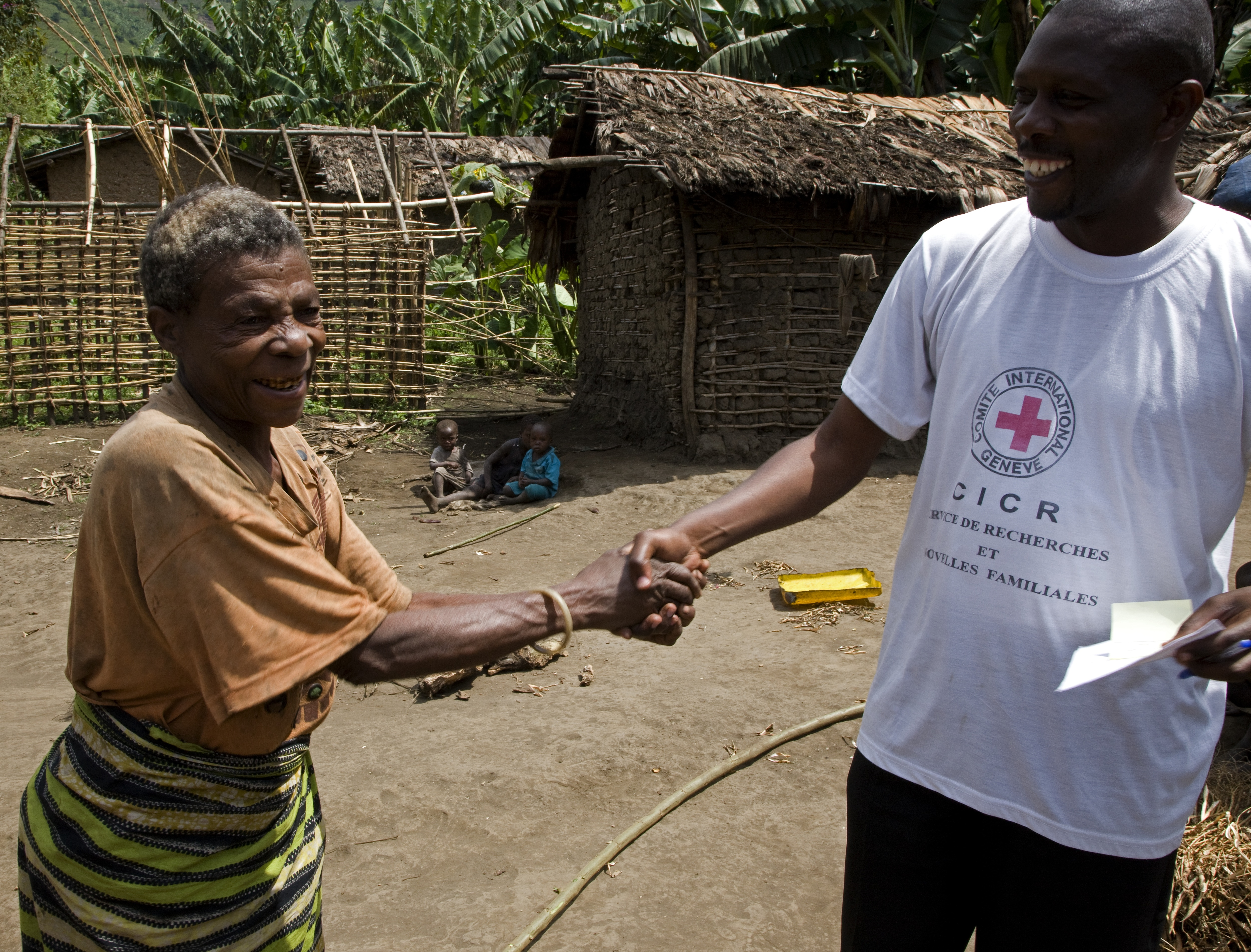 Mubambiro village, North Kivu, Democratic Republic of Congo. Distribution of Red Cross messages. (©ICRC/C. De Keyzer)