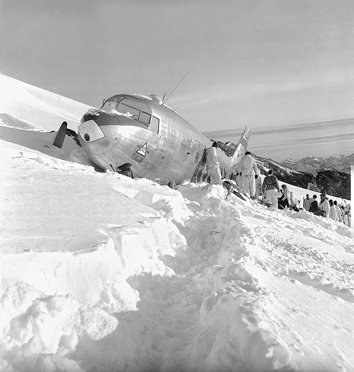The 83 rescuers made snow caves under the plane wreck and camped out in -15 Celsius while the American passengers, including four wounded, spent their fifth night in the plane.