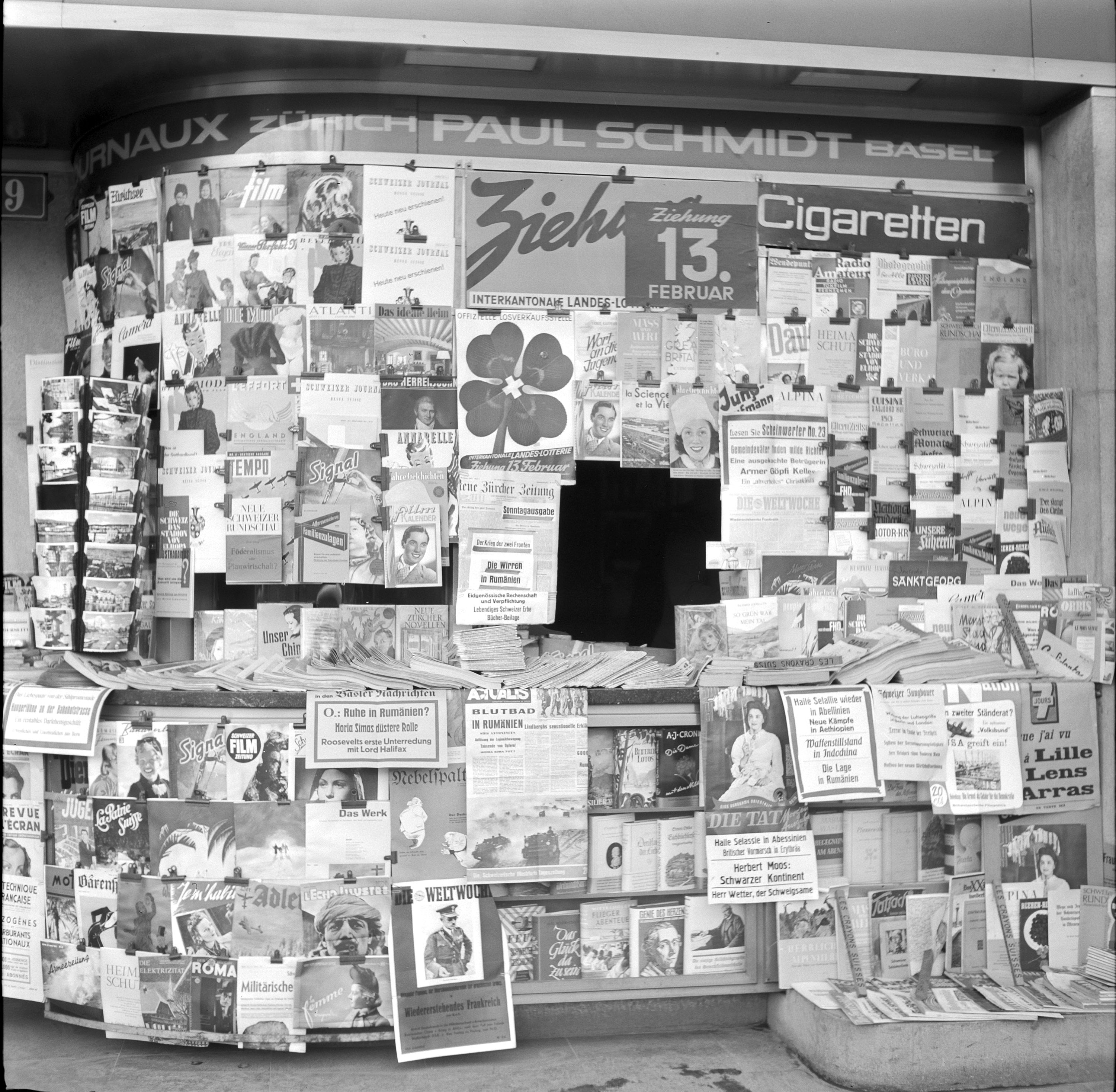 Kiosk in Zurich, circa 1941  During the Second World War, the Swiss media was subject to censorship. Orientated towards an international audience, the SWS was closely watched. (Student: Grégoire Luisier)