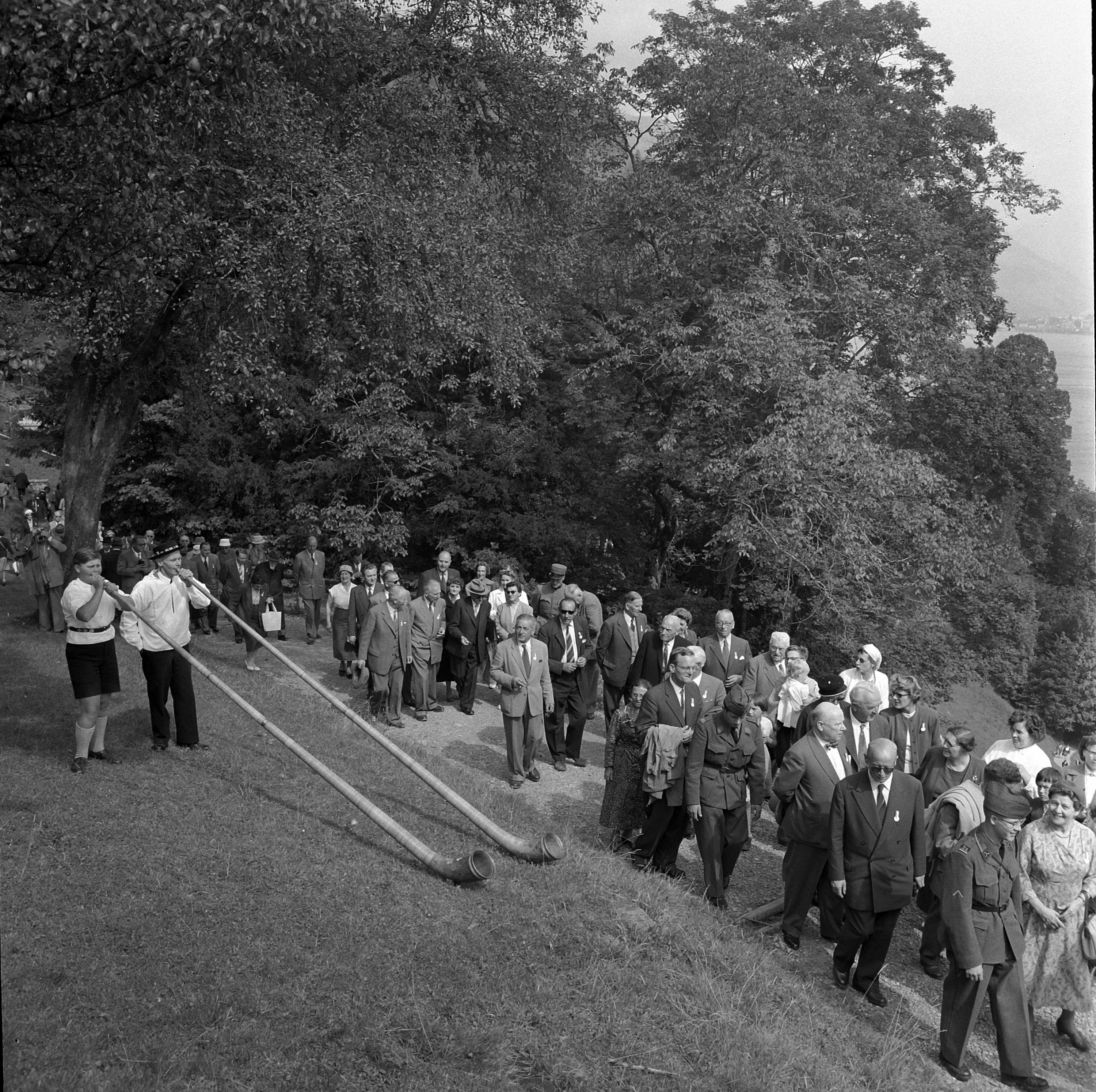 Swiss Abroad Congress, 1957. Celebrations on the Rütli Meadow with alphorn players.