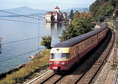 The TEE train in this archive photo passes Chillon Castle on Lake Geneva (AS Verlag)