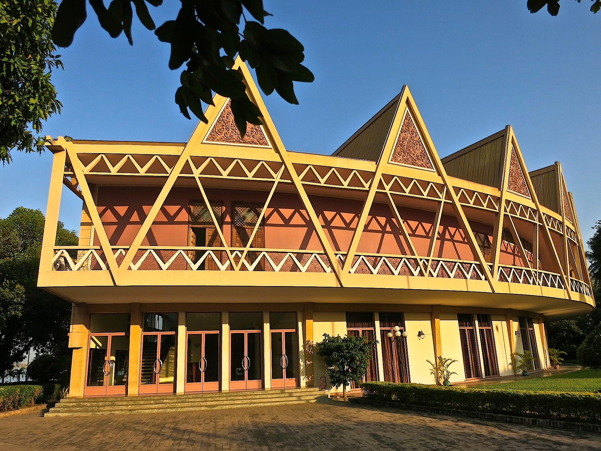 The Tchaktomuk conference centre on the shores of the Tonlé Sap lake opened in 1961.