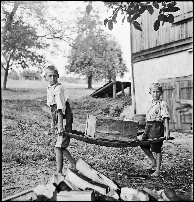 Knaben in der Erziehungsanstalt Sonnenberg bei der Arbeit, Kriens, 1944.