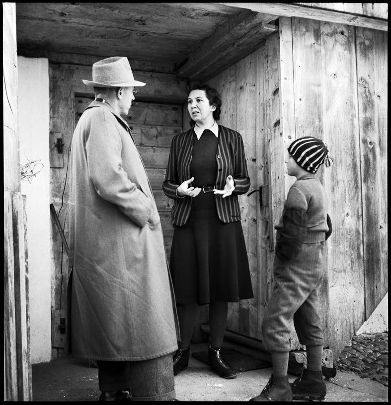 Amtsvormund auf Besuch bei einer Pflegefamilie, Kanton Bern, 1946.
