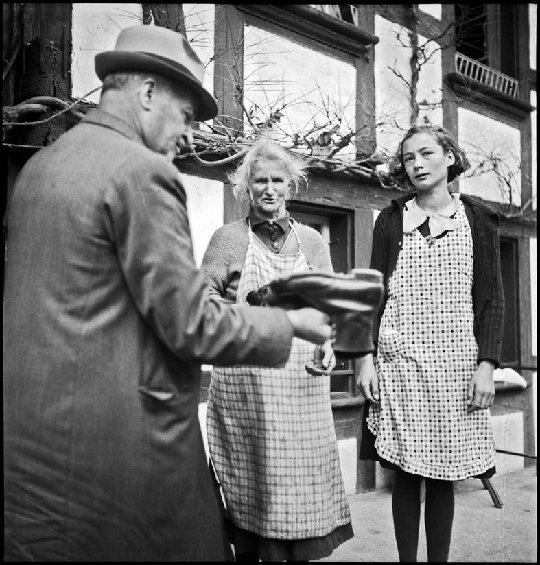 Schuhkontrolle bei einem Verdingmädchen durch den Armeninspektor, Kanton Bern, 1940.