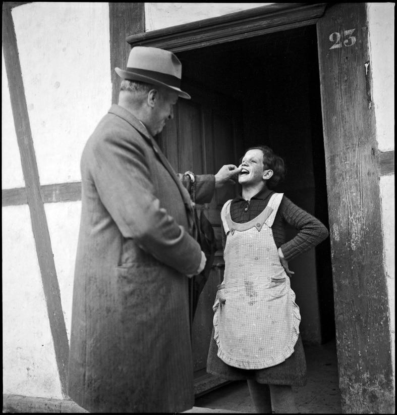 Zahnkontrolle bei einem Verdingmädchen durch den Armeninspektor, Kanton Bern, 1940.