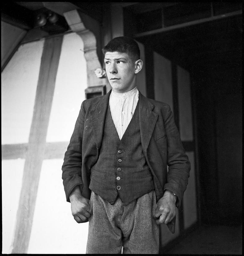Verdingbub während eines Besuchs des Armeninspektors, Kanton Bern, 1940.