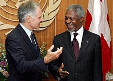 Moritz Leuenberger entertains Kofi Annan