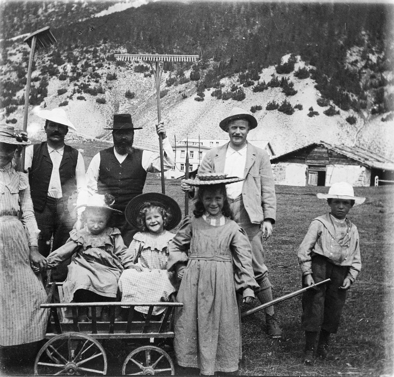 """Co-fundadorSteivan Brunies (à direita). Sua irmã casou o gastrônomo do tradiconal Hotel """"Il Fuorn"""" no desfiladeiro de Ofen. Hoje ele está no coração do parque."""