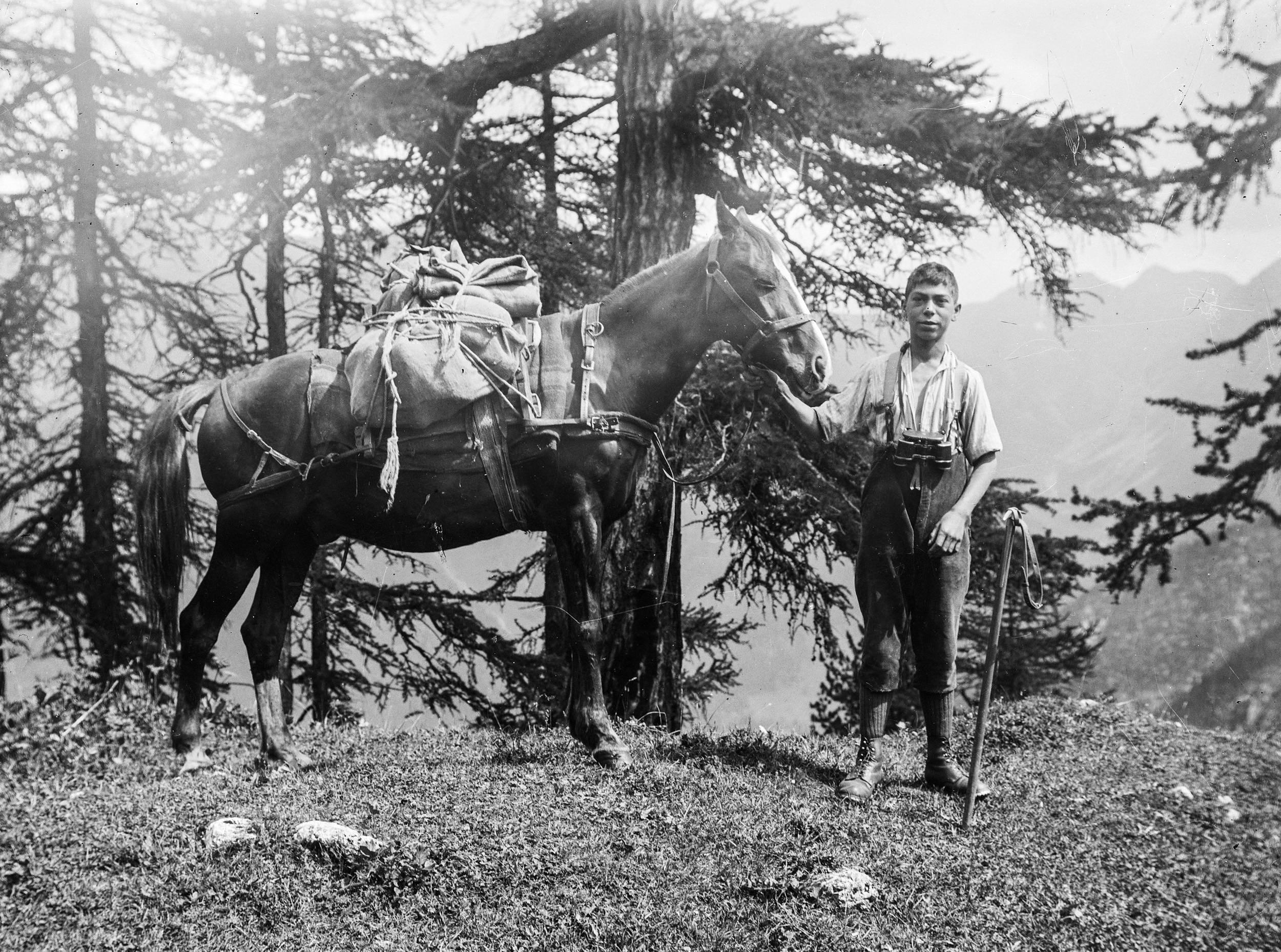 国家公园护园人Hermann Langen的儿子Theo Langen,在去山谷的路上。