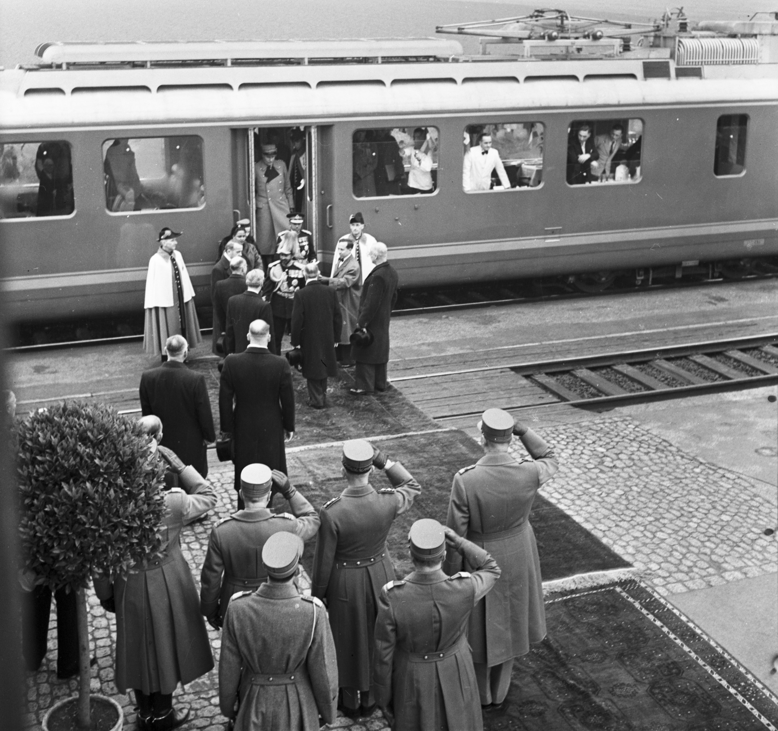 Haile Selassie arrives by train on November 25,1954  (Walter Nydegger/Cantonal Bern archives)