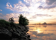 With 3,300 kilometres of cycling paths, Switzerland is often described as a biker's paradise (swiss-image)