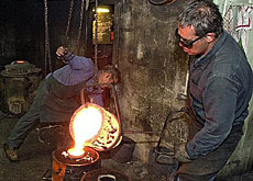They forge unique traditional bells at Blondeau foundry in the town of La Chaux-de-Fonds (swissinfo)