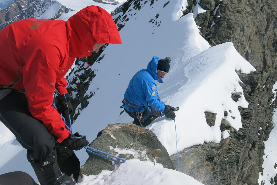 High exposure on the final ridge to the summit of the Rimpfischhorn (John Heilprin/swissinfo.ch)