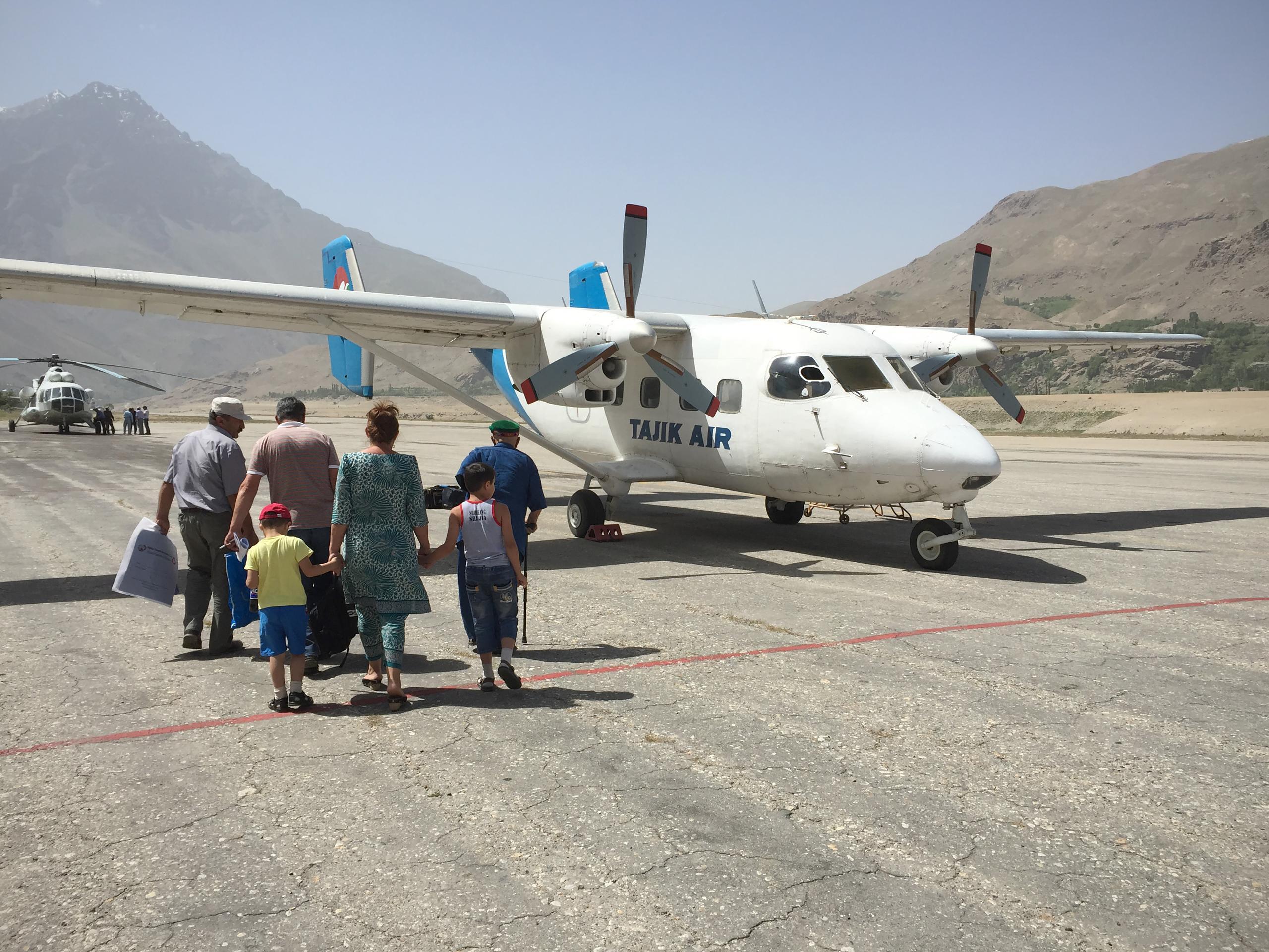 Этим жителям Хорога повезло с погодой: сейчас они поднимутся над горами, чтобы улететь в Душанбе.
