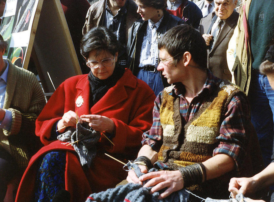 Март 1993 года в Берне: швейцарская министр Рут Дрейфус (Ruth Dreifuss) и Бруно Мансер участвуют в общественной акции и вяжут свитера для федерального кабнета министров.