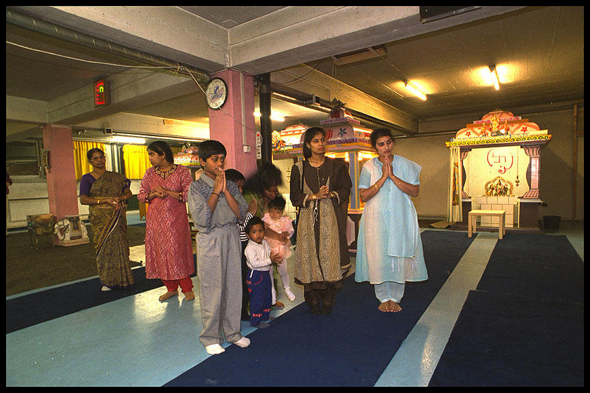 Since the 1980s when they began arriving as refugees in Switzerland, Sri Lankan Tamils have continued to practise their Hindu religion. This underground car park in Lausanne has been converted into a temple. (RDB)